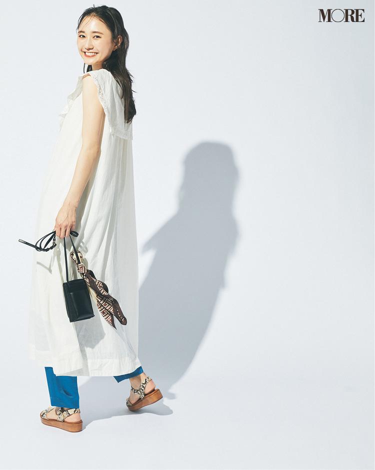 【ワンピースコーデ】袖なし白ロングワンピとカラーパンツのレイヤードコーデ