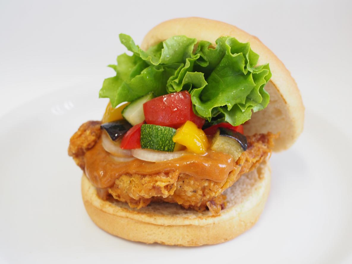 夏はやっぱりカレー! 『フレッシュネスバーガー』の新バーガーでパワーチャージ☆_1