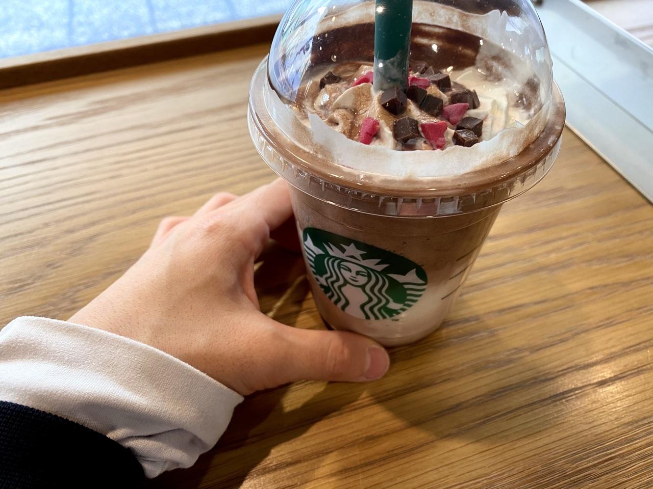 【スタバ新作 2021バレンタイン】メルティ生チョコレートフラペチーノを手に持った写真