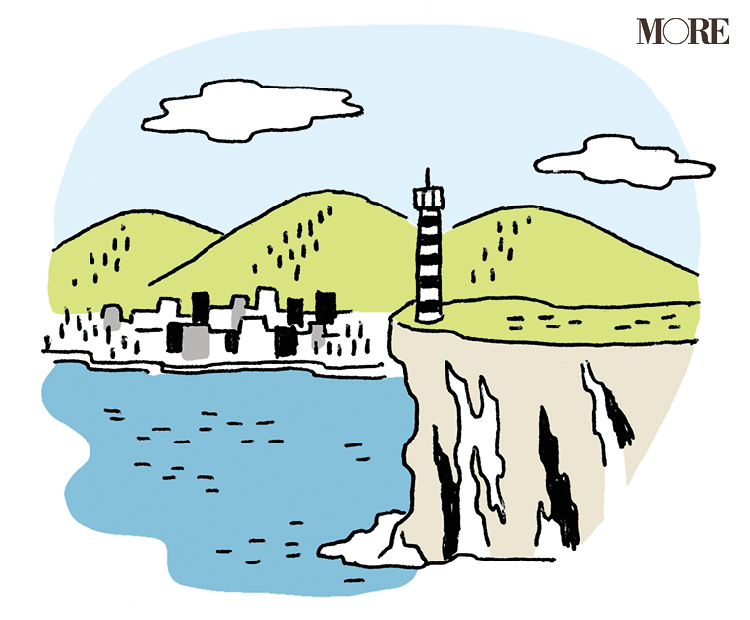 空、山、海、灯台が描かれた港町のイラスト