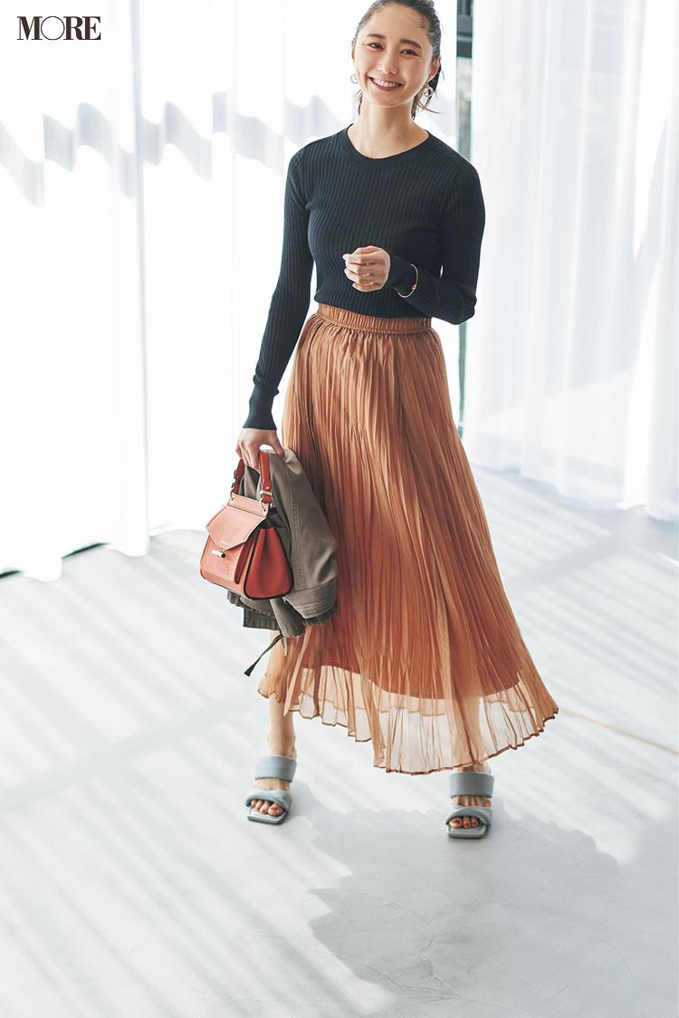 きれい色サンダルをプリーツスカートに合わせる