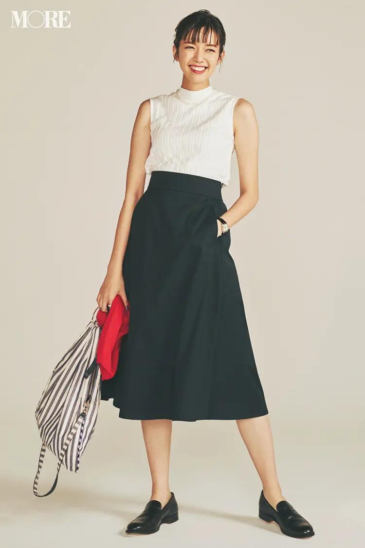 【春夏のローファーコーデ】ミニマムな上半身×ハイウエストの締め色スカートでこれ以上ない美シルエットに