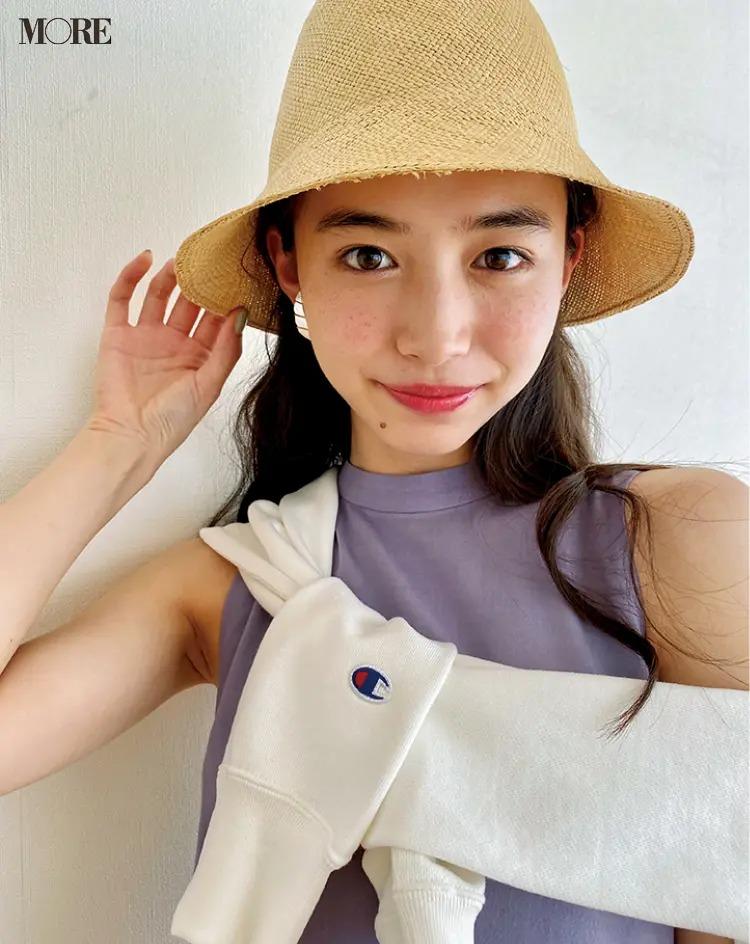 麦わら帽子をかぶった井桁弘恵のオフショット