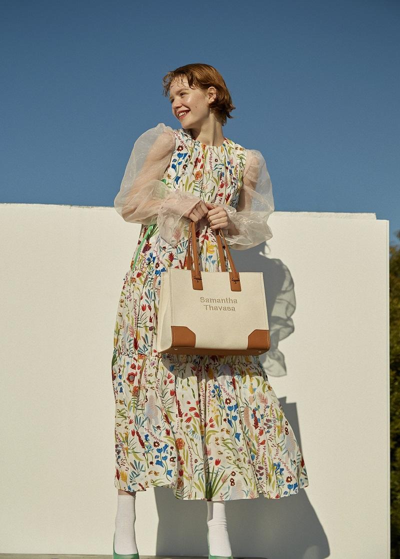 サマンサタバサ、春の新作トートバッグを持ったモデル