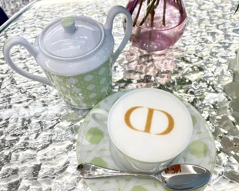 「CD」ロゴのカフェラテ
