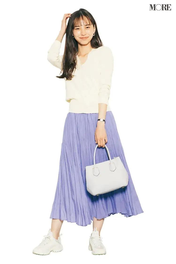 【春のスニーカーコーデ】白カーディガン×パープルのスカート×白スニーカー