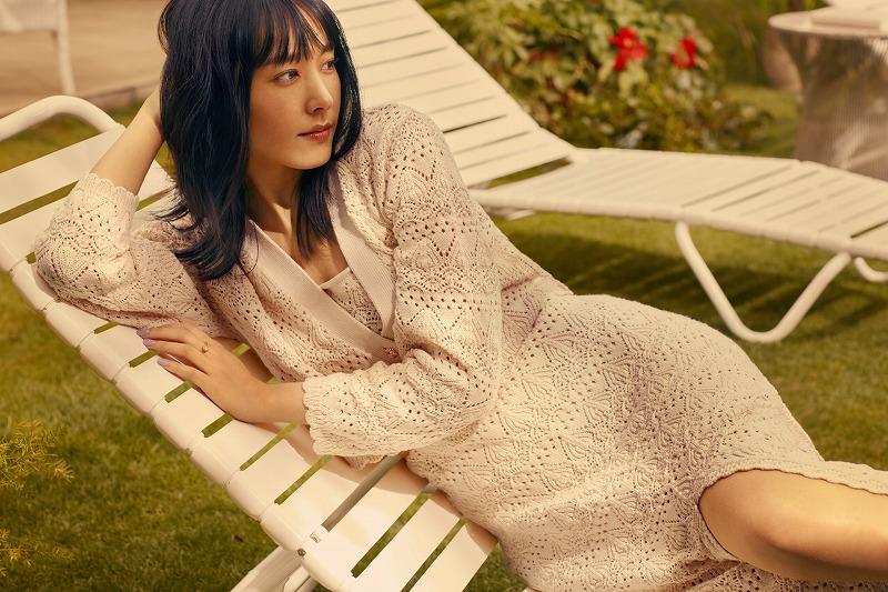 『H&M』の「LET'S CHANGE」キャンペーンコレクションのトップス、カーディガン、スカートを着用する新垣結衣の画像