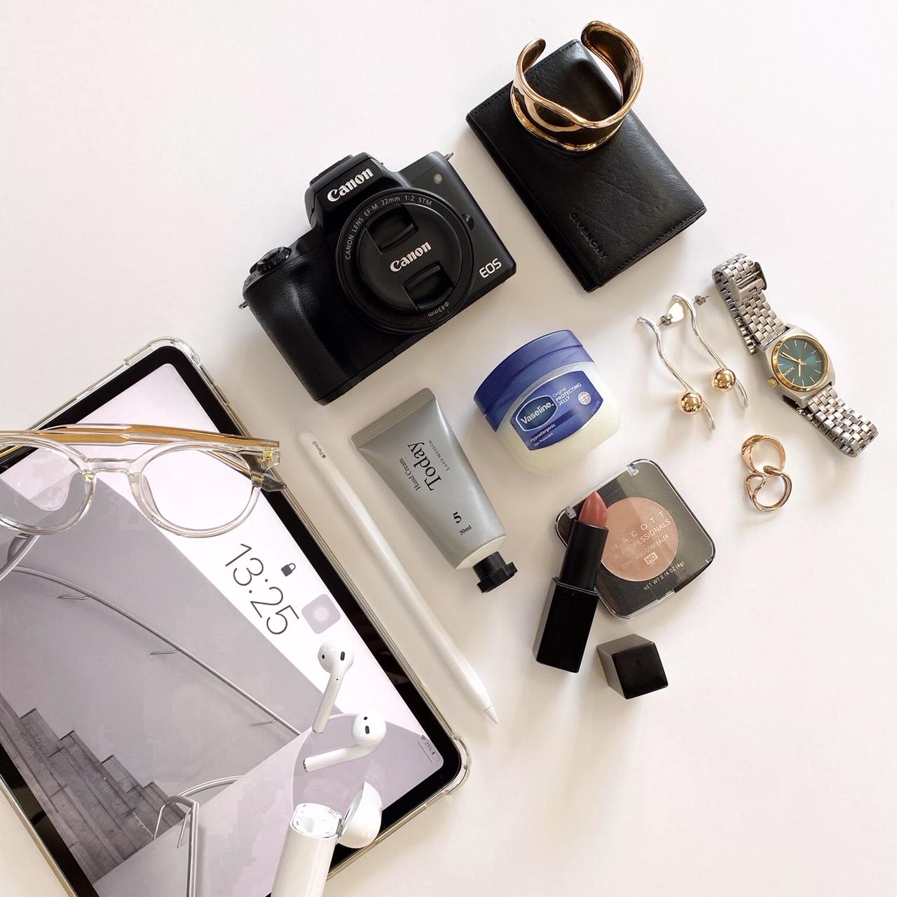 【バッグの中身07】クリエイター・影山カレンさんのマストハブアイテムは、iPad Proとマスクのかすれ防止に使える『Vaseline』! _1