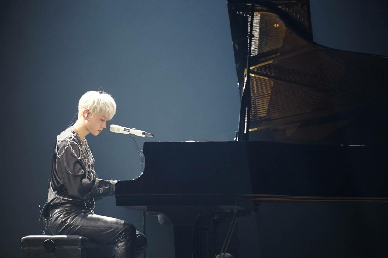 コンサートでピアノの腕前を披露するベクヒョン