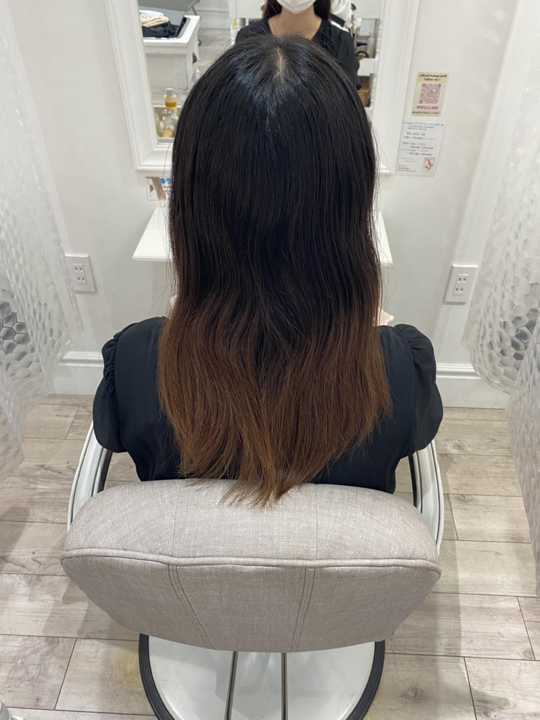 カラーリングする前の髪の写真。真ん中から毛先にかけて色が抜け、明るい茶色に