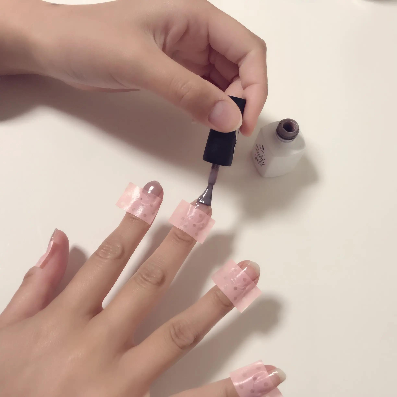 爪にふたつめの色のジェルネイルを塗っている様子