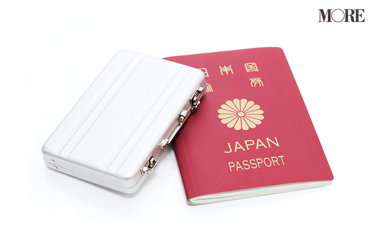 パスポートとキャリーケース