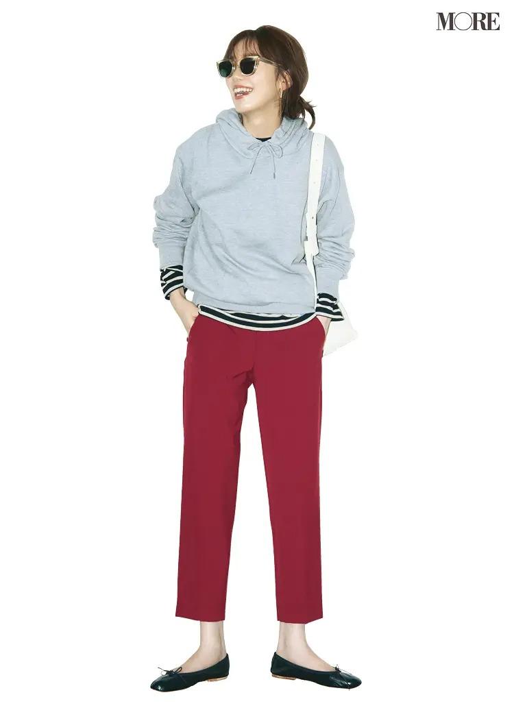 【2020-2021冬コーデ】グレーのパーカー×ボーダートップス×赤パンツ×フラット靴