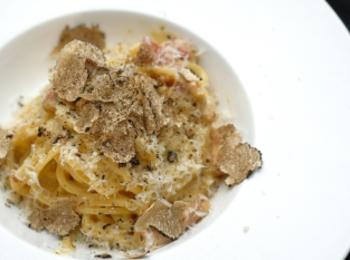 贅沢すぎ…トリュフを惜しみなく使用した濃厚カルボナーラ『AURUM+truffle』