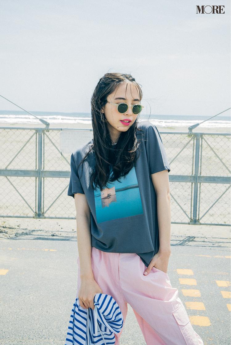 【レディースTシャツコーデ】プリントTシャツ×ピンクのパンツのコーデ