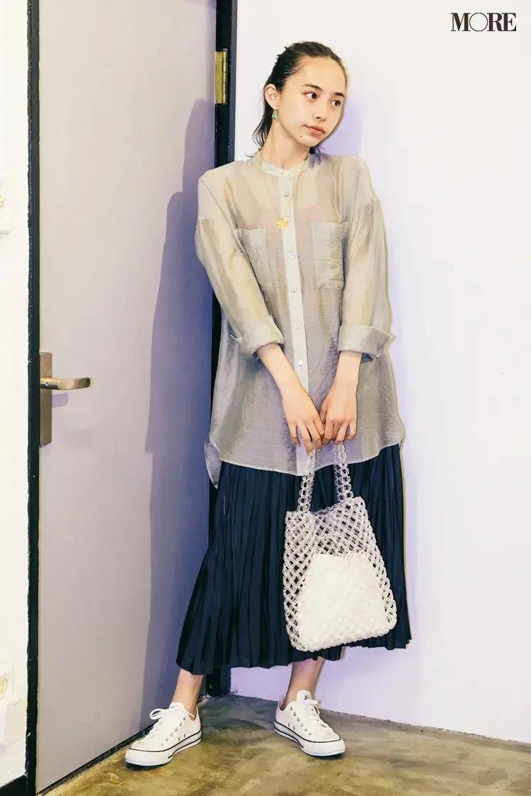 【春のスニーカーコーデ】シアーシャツ×ツヤ感ダーク色のスカート×キャンバススニーカー