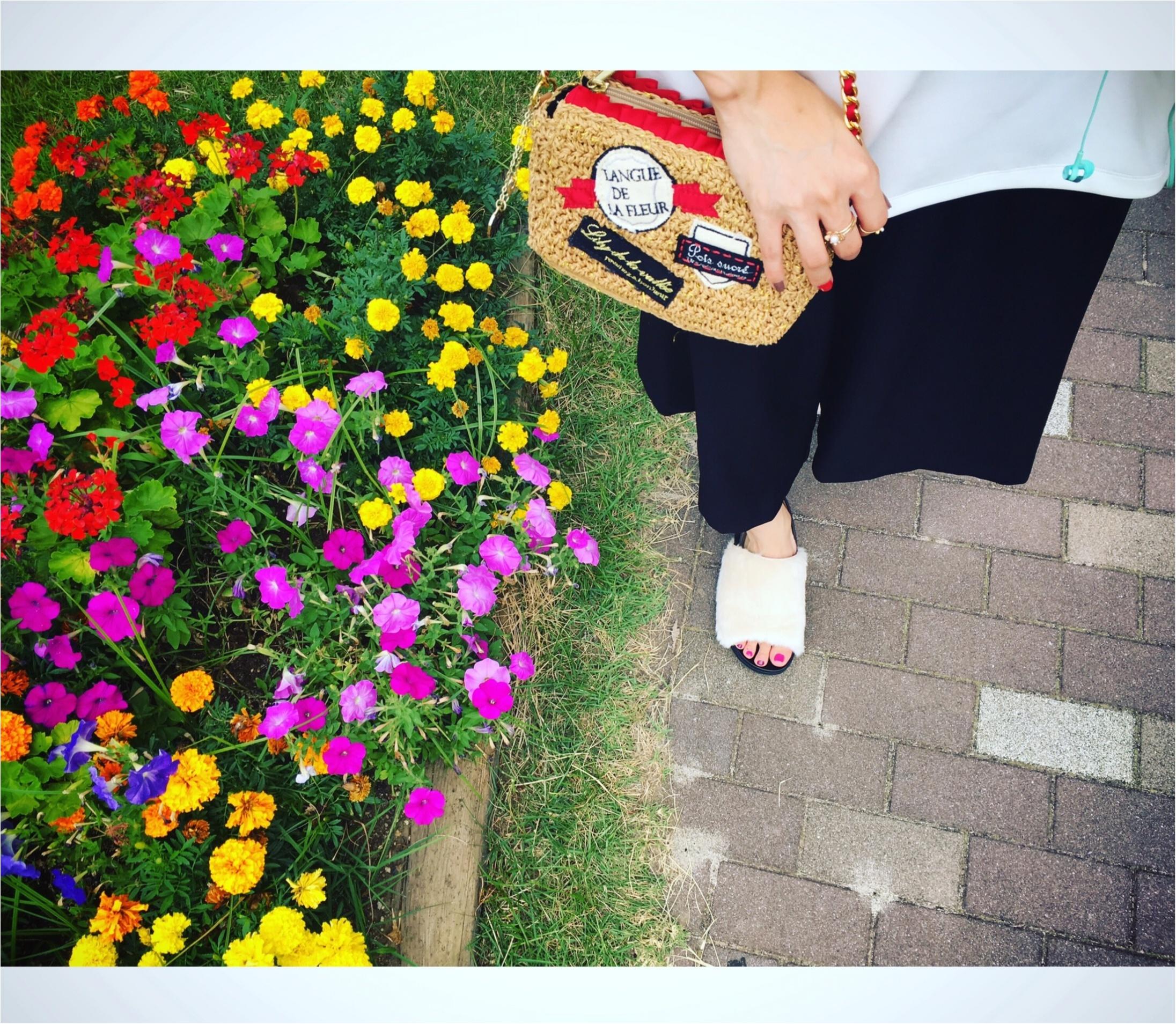 ▶▶夏の【モノトーンコーデ】は赤い小物とネイルを差し色に☺_1