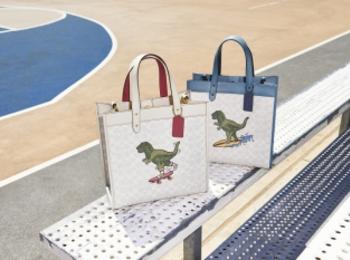 『コーチ』日本限定コレクションはキュートな恐竜! 新作バッグや財布が発売中