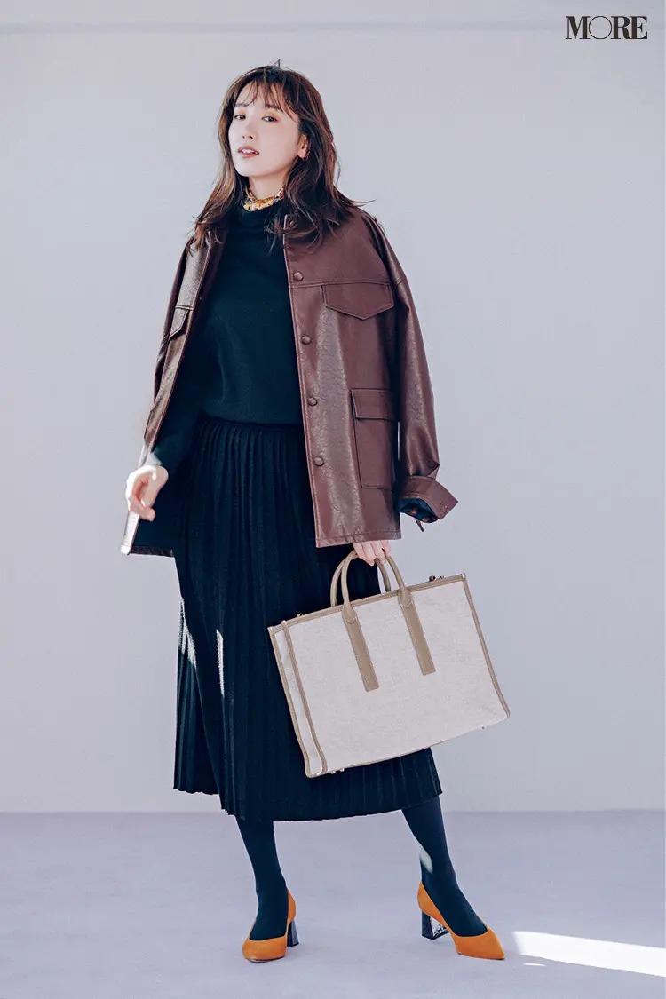 モアモデル・飯豊まりえが着る、ウエスト切り替えのプリーツデザインのワンピ