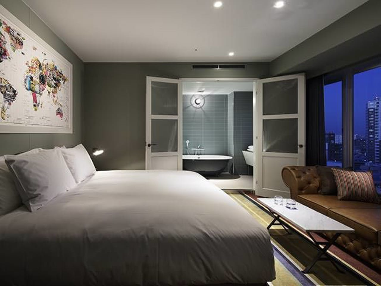 【東京のおしゃれなホテル】『新宿グランベルホテル』、「エグゼクティブカジュアルダブル」の部屋とバスルーム