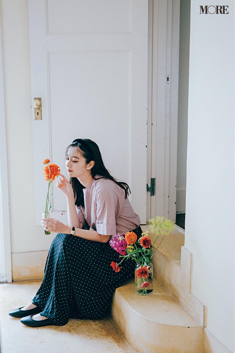 ピンクのTシャツ×ドット柄スカートコーデの新川優愛