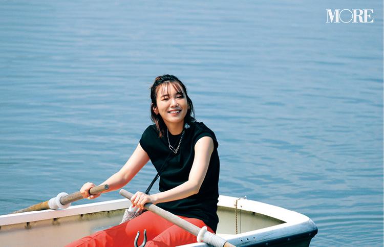 黒トップス×赤いパンツコーデでボートを漕ぐ飯豊まりえ