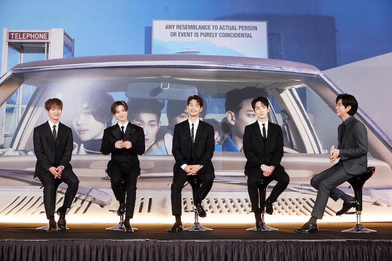 左からオンユさん、テミンさん、ミンホさん、キーさん、MCを務めたユンホさん(東方神起)