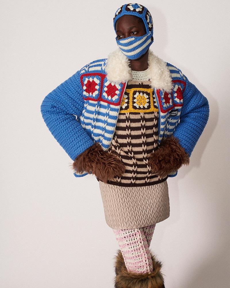 ミュウミュウの秋冬新作コレクション、青のクロシェジャケット