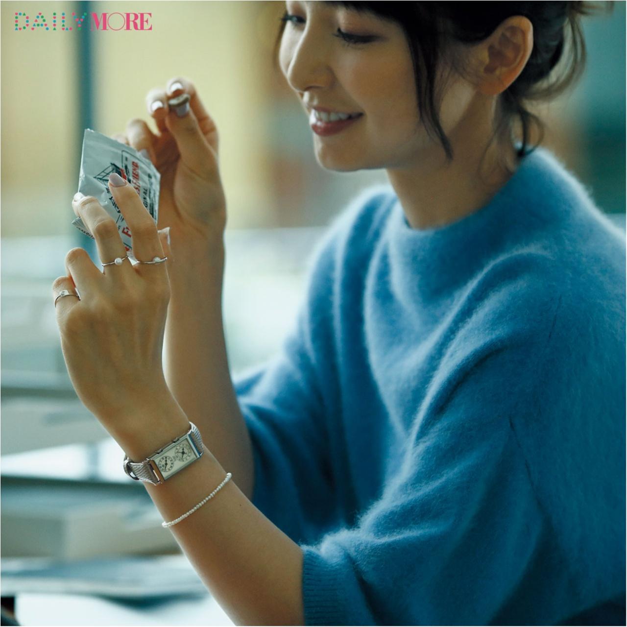 誰もが彼女に見惚れる理由――。【篠田麻里子主演】いつものニットに、腕時計があれば……。_1_3