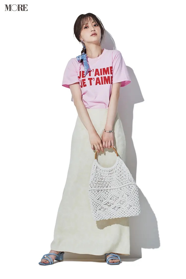 ピンクのTシャツ×オフホワイトのスカートコーデの逢沢りな