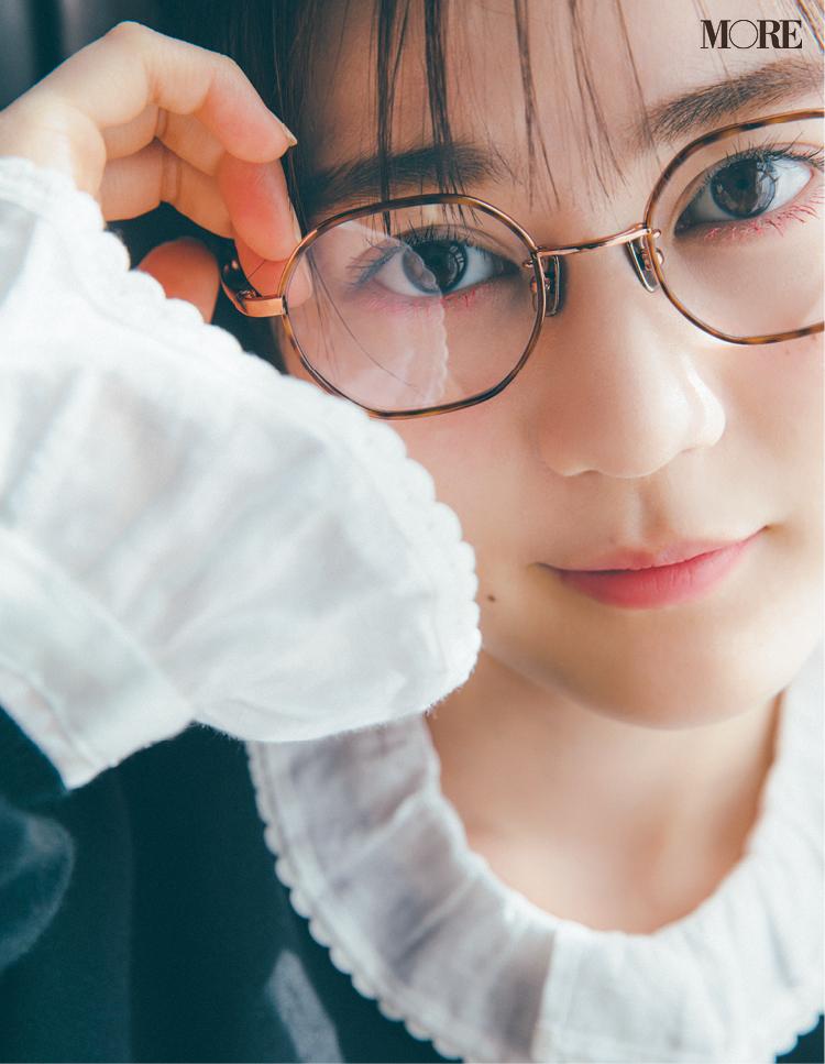 流行の六角形フレームのメガネコーデをした乃木坂46の生田絵梨花