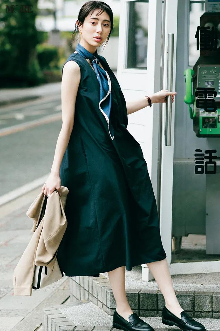 【2021夏オフィスカジュアル】黒ワンピース×スカーフ×ローファーのコーデ