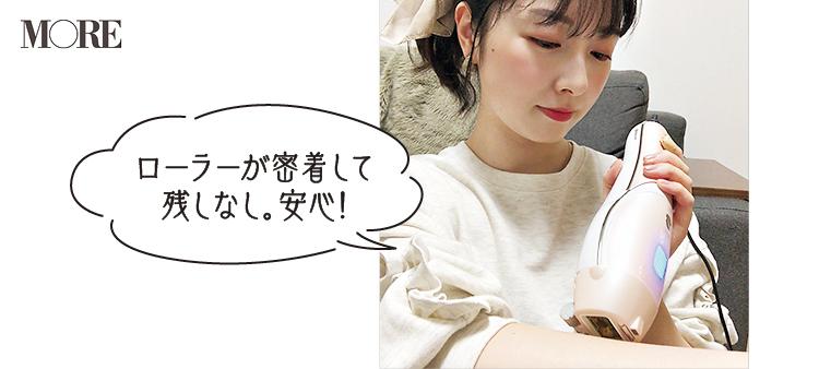 YA-MAN TOKYO JAPAN レイボーテ R フラッシュ ダブルPLUS VIタイプを腕に当てる女性「ローラーが密着して残しなし、安心」