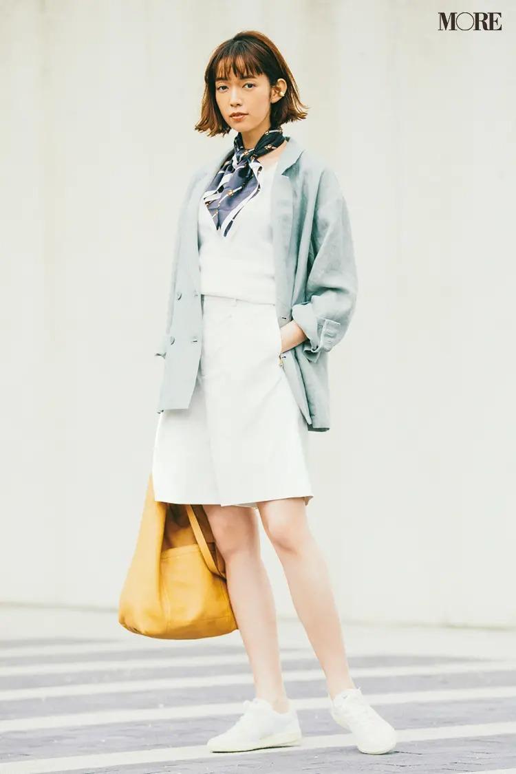 ブルーのジャケット×白ハーフパンツ×白スニーカーできれいめコーデ