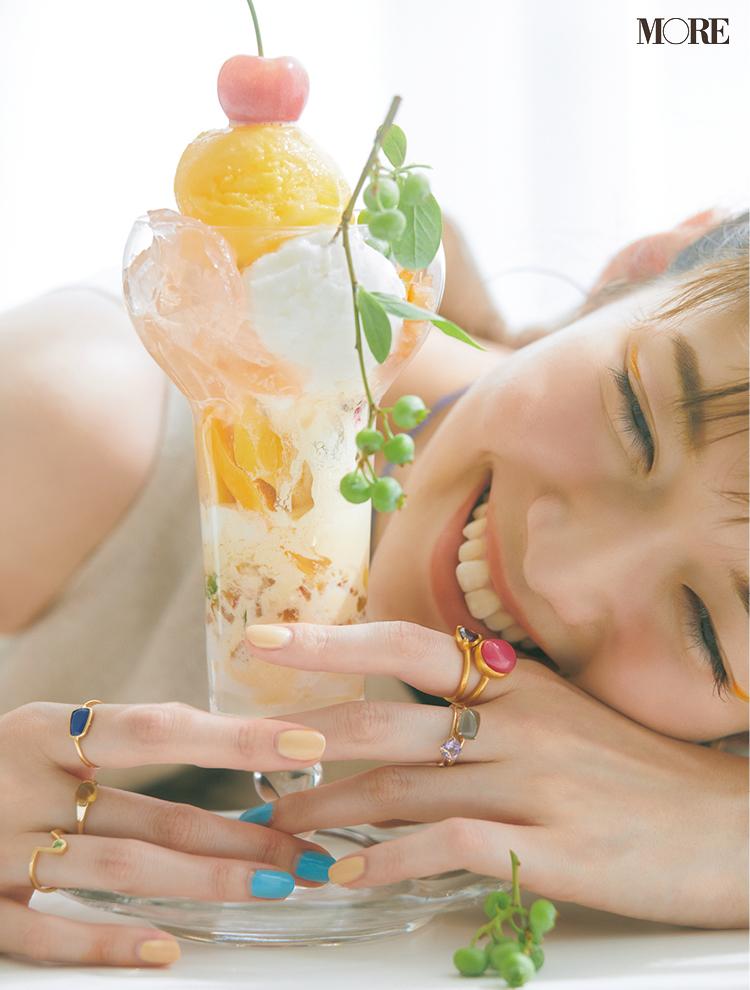 アクセとネイルの色をパフェに合わせた佐藤栞里