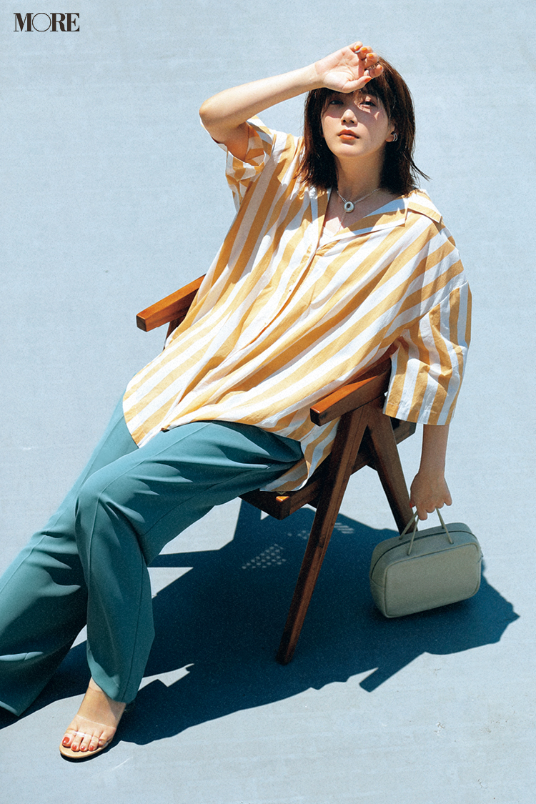 【今日のコーデ】オレンジのストライプシャツにブルーパンツの本田翼