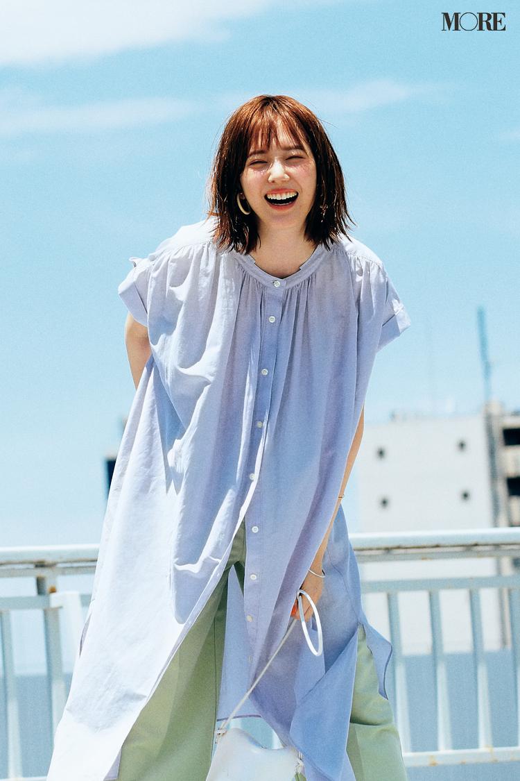 ラベンダーのシャツワンピース×グリーンのパンツコーデの佐藤栞里