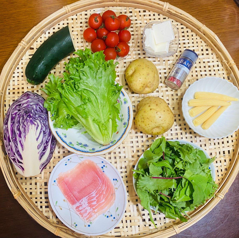 色とりどりの野菜。じゃがいも、リーフレタス・ベビーリーフ・ズッキーニ・紫キャベツ・生ハム・クリームチーズ・ ヤングコーン・ミニトマト・ ピンクペッパー
