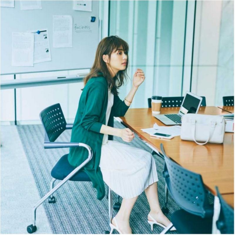 【2018年夏のおすすめ『ユニクロ』コーデ9】 グリーンのロングカーディガンとホワイトのスカートがクリーンなお仕事コーデ