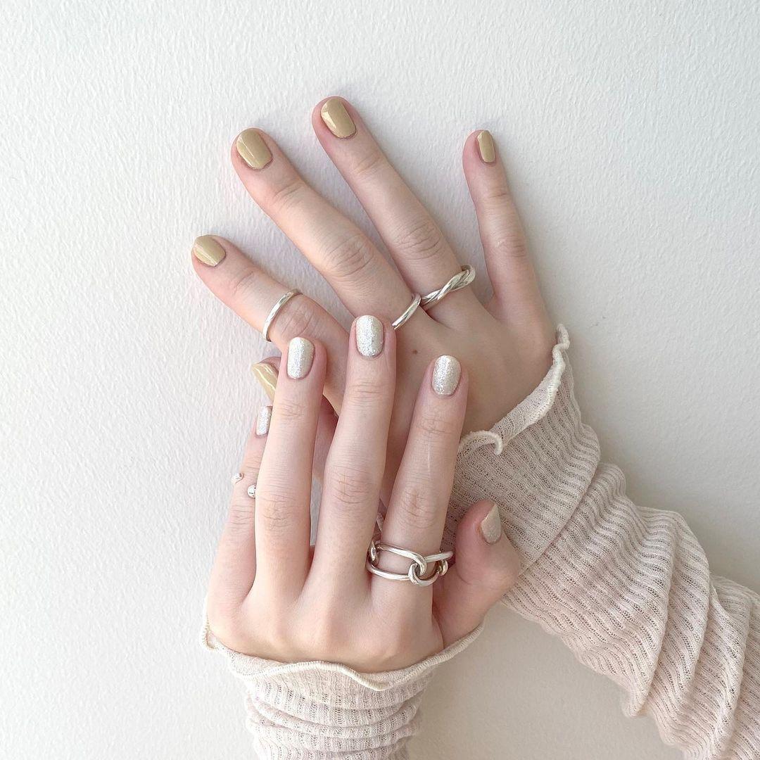 『POMUM』のお気に入りネイルカラーを塗った爪が見える手元
