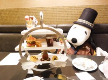 ドアマン・スヌーピーのアフタヌーンティーを帝国ホテル大阪「カフェ クベール」にて堪能★スヌーピーらしいアメリカンな内容で席に大きなドアマンスヌーピーのぬいぐるみの用意も^^