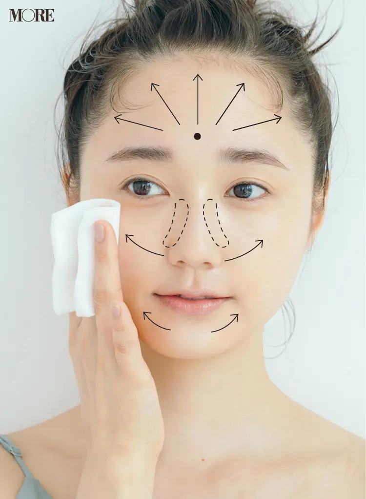 顔の中心から放射状に拭き取る
