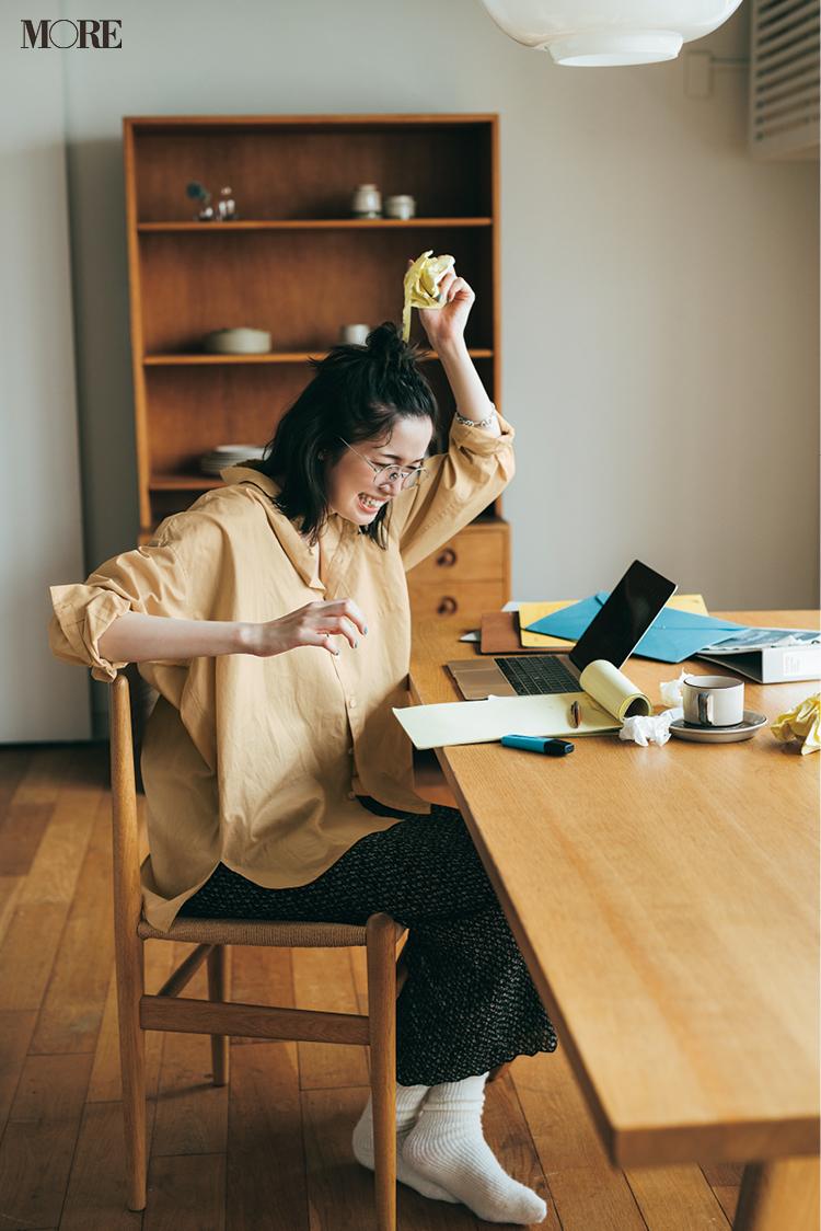 花柄ワンピースにイエローシャツをレイヤードしてメガネをかけた佐藤栞里
