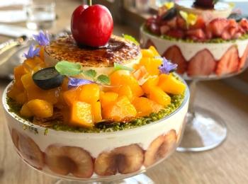 【カフェ活】花と香り広がる《フルーツたっぷりのパフェ》が美しすぎる!