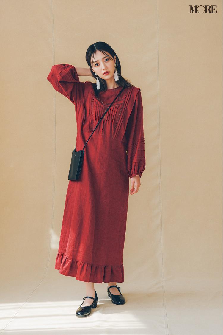 【2021秋コーデ】赤いワンピース×黒のフラット靴のコーデ