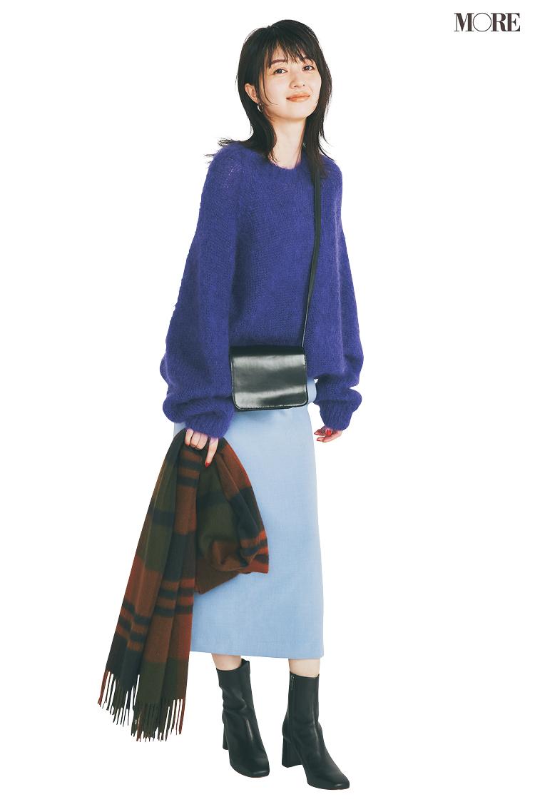 時短コーデはパープルのニットに水色のスカートを合わせて