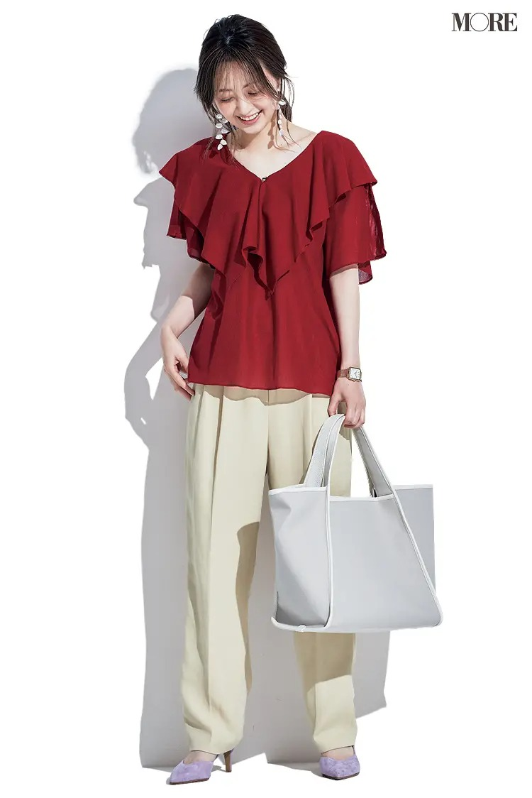 【2021夏オフィスカジュアル】クリーム色パンツ×赤のフリルブラウス×パンプスのコーデ