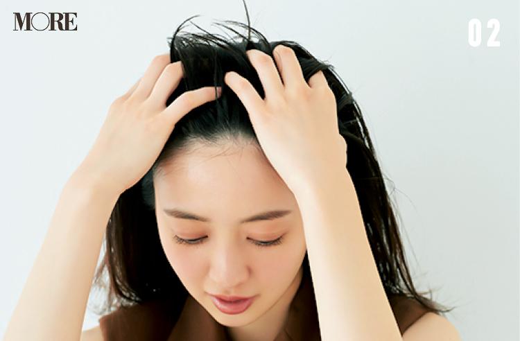 超簡単前髪ヘアアレンジ「サイド流しバング」の作り方! アイロンもブラシも使わずに寝ぐせをカバーできるから、忙しい朝にぴったり♪_4