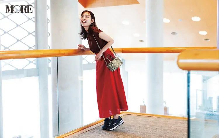 【夏のスニーカーコーデ】赤いスカートにダークカラーのニューバランス