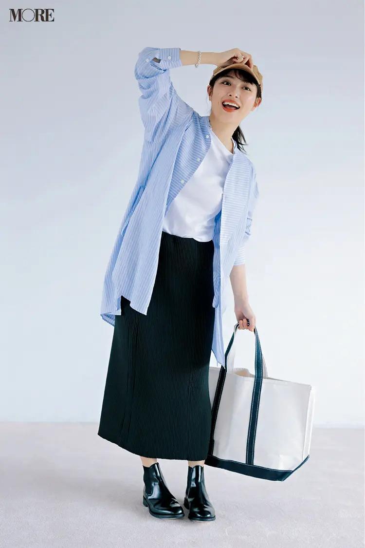 【帽子コーデ】キャップ×ストライプシャツ×白Tシャツ×黒タイトスカート
